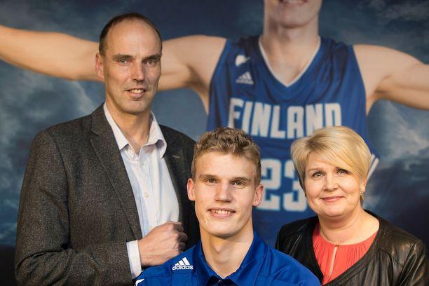 Vanhemmat Pekka ja Riikka Markkanen tukevat poikaansa Lauria.