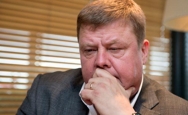 Talvivaaran nykyistä entistä toimitusjohtajaa Pekka Perää ja Harri Natusta sekä kahta yhtiön alempitasoista johtajaa syytetään törkeästä ympäristön turmelemisesta.