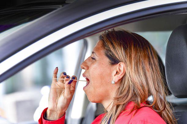 Ruotsin koronavirustestien määrä laahaa kaukana tavoitteesta. Nainen otti itseltään näytettä drive in -testipaikassa Älvsjössä toukokuun alussa.