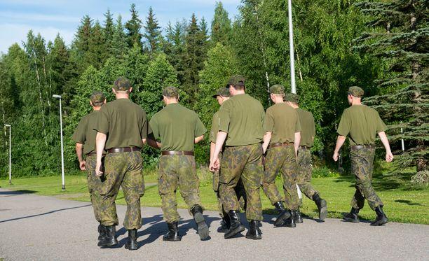 Puolustusvoimat aikoo tarkastella, voisiko varusmiesten pukeutumissäännöistä poiketa perustelluissa tapauksissa.