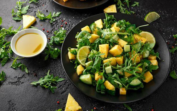 Ananas-kurkkusalaattiin sopii hyvin myös rucola.