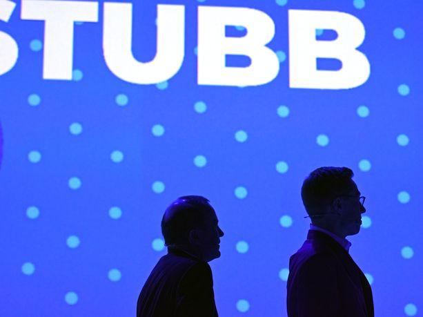 Saksan Manfred Weber ja Suomen Alexander Stubb katselivat keskiviikkona Messukeskuksen kokoustilan valkokankaalta toistensa kärkiehdokasmainosvideoita.