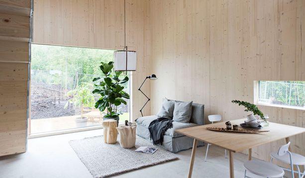 Moderni arkkitehtuuri isoine ikkunoineen, luonnollisine puupintoineen ja linjakkaine kalusteineen tekevät vaikutuksen.