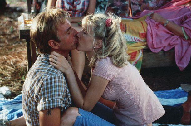 Billy Bob Thornton ja Laura Dern asuivat yhdessä ja olivat virallisesti kihloissa Bob Thorntonin avioituessa Angelina Jolien kanssa.