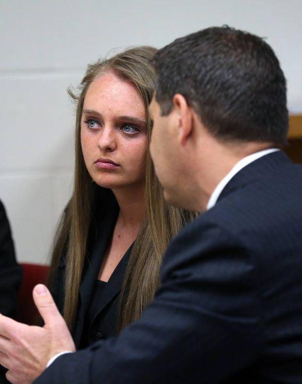 Michelle Carter keskusteli asianajajansa Joseph Cataldon kanssa oikeudessa viime keväänä. Arkistokuva.