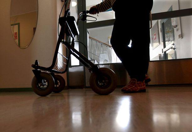 Kuntoutuksen avulla Risto käveli rollaattoriin tukien jo varsin pian infarktin jälkeen. Hoivakodissa hän kuitenkin pääsääntöisesti istuu pyörätuolissa.