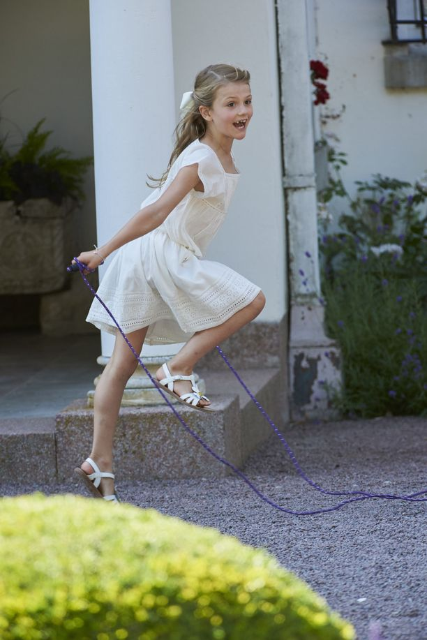 Prinsessa Estelle viuhtoi hyppynarua.