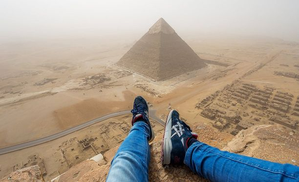 Saksalaisteini kiipesi Kheopsin pyramidin huipulle ottamaan selfietä. Hän välttyi vankeudelta, mutta ei saa enää koskaan tulla Egyptiin.