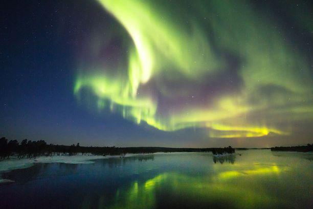 Aina ei tarvitse matkata merta edemmäs kalaan. Hämmästyttäviä revontulia voi ihailla koti-Suomessakin.