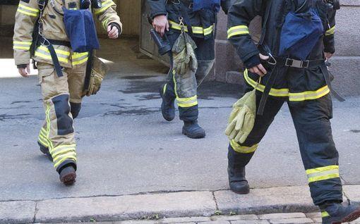 Uhkaava kerrostalopalo Heinolassa - asukkaat pelastautuivat savun keskeltä pihamaalle, osa asunnosta tuhoutui täysin