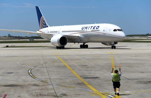 United Airlinesin Dreamliner-kone lenteli varapolttoaineella 15-tuntisen lennon päätteeksi torstaina. Arkistokuva.