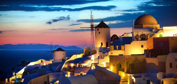 Kun aurinko alkaa painua horisontin alle, hehkuu Oia iltavalaistuksessa.