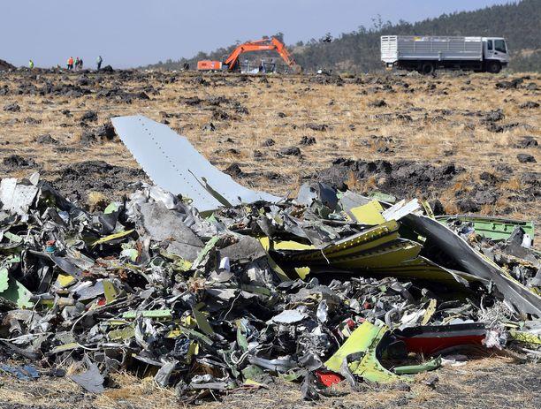 Lentokoneen romua kerättiin pinoksi Etiopiassa maaliskuussa sattuneen onnettomuuden jälkeen. Nairobiin matkalla olleen koneen kaikki matkustajat menettivät henkensä turmassa.