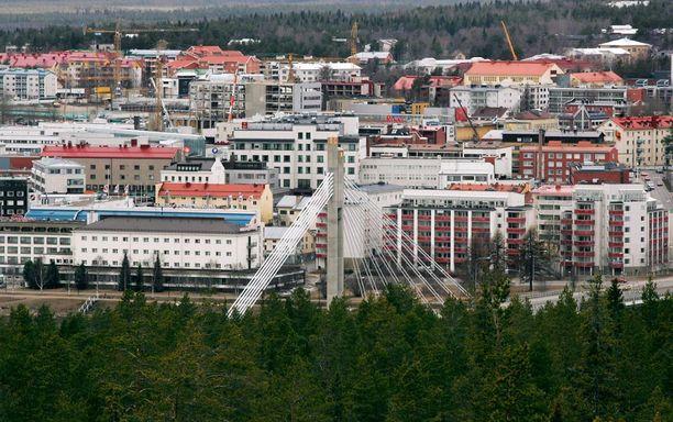 Osapuolet asuvat kerrostalossa Rovaniemen keskustassa.