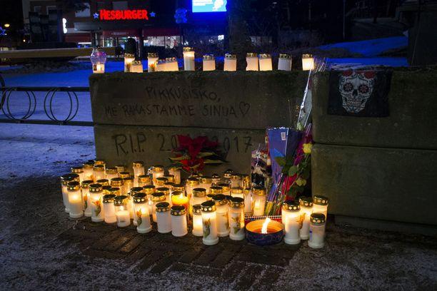 16-vuotiaan tytön muistopaikalle Keravan keskustaan on tuotu kynttilöitä.