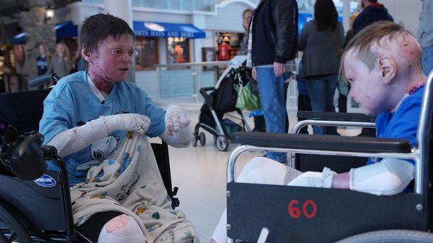 Jonilla on erittäin huonoja kokemuksia sairautensa hoidosta. Charlie sitä vastoin alkoi elää uutta elämää onnistuneen operaation jälkeen.