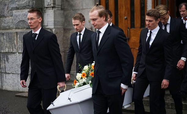 Juha-Pekka Pantsu (vas.), Juho Lähde, Kalle Lyytikäinen, Harri Rindell (ei näkyvissä), Riku Riski ja Toni Koskela kantoivat arkun Kallion kirkosta.