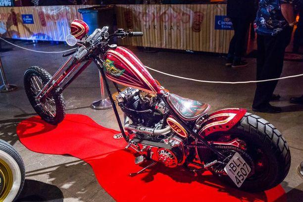 Punainen moottoripyörä BL-4507 Näyttelyssä oli useita toinen toistaan näyttävämpiä chopper-moottoripyöriä.