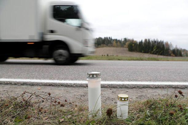 Lähellä onnettomuuspaikkaa asuvan Tuomaksen mukaan tie on vaarallinen, ja kuka vain voisi vahingossa pimeällä ajaa siitä lapsen päältä.