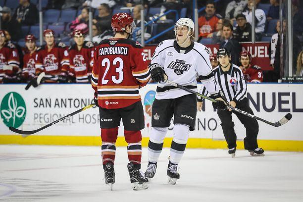 Alex Lintuniemi kuvattuna Los Angeles Kingsin AHL-seura Ontario Reignin paidassa joulukuussa 2018. Juttukaverina Tucson Roadrunnersin Kyle Capobianco.