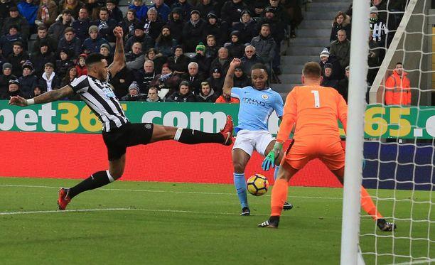 Raheem Sterling liruttaa voittomaalin Newcastlen verkkoon.