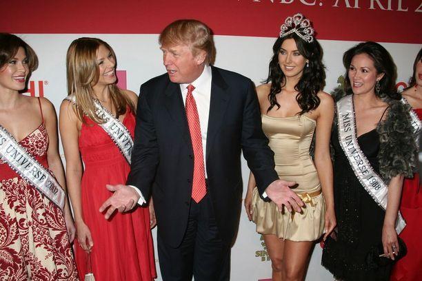 Donald Trump on perso kauniille naisille. Tässä hän on Miss USA -kandidaattien ympäröimänä vuonna 2006.