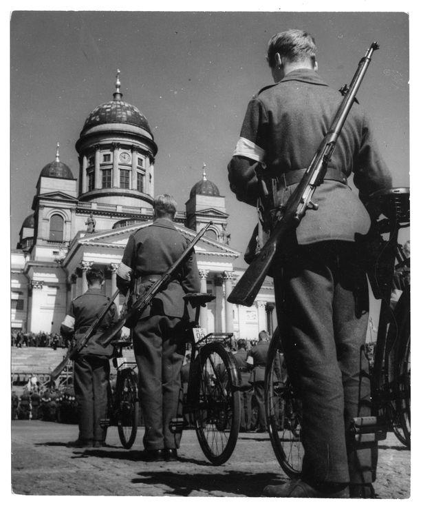 Monen punakaartilaisen pojan saattoi olla kiusallista kantaa valkoista nauhaa varusmiehenä. Kuva toukokuun 16. päivän katselmuksesta Suurtorilla Helsingissä vuonna 1937.