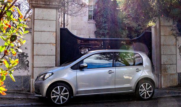 Piskuinen Seat Mii electric mahtuisi melkein poikittain madridilaisen kaupunkilaistalon autotallin ovesta.