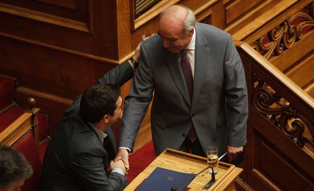 Näin hyvissä tunnelmissa Kreikan entinen pääministeri Aleksis Tsipras ja oppositiojohtaja Evangelos Meimarakis olivat vielä viime kuussa.