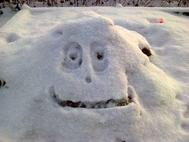 Lunta ja pakkasta hiekkalaatikolla.