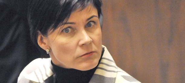 Marja Tiuran mukaan keskusta suostutteli häntä loikkamaan puolueeseen.
