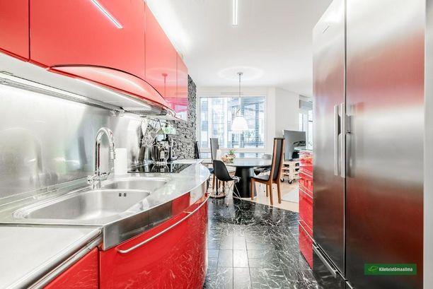 Lauttasaaressa sijaitsevan kulmahuoneiston moderni tunnelma lumoaa. Punainen keittiö ja valoisa tunnelma tekevät dynaamisen tunnelman.