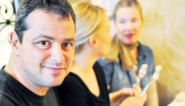 Makuraati kokoontui arvioimaan fetat Helsingissä sijaitsevaan kreikkalaisravintola Minokseen Akis Stabouliksen johdolla. Taustalla Taru Jussila ja Lotta Haapavaara.