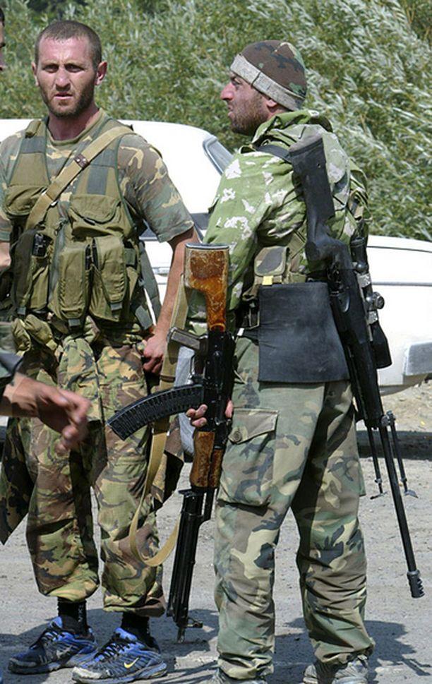Eteläossetialaisella kapinallisella on selässään Sakon tarkkuuskivääri.