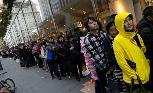 Jonot kiersivät kortteleita New Yorkin kävelyteillä perjantaiaamuna.