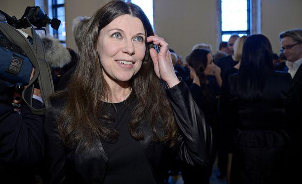 Perussuomalaisten Arja Juvonen ei katso hyvällä, kun pääministeri Juha Sipilä hiillostaa valiokuntaa.