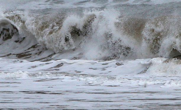 Tyrskyt tulevat rantaan voimalla ja myös veto meren suuntaan on voimakas.