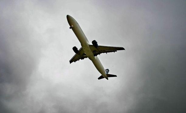 Hurghadaan matkalla ollut kone joutui tekemään hätälaskun pommiepäilyn takia.