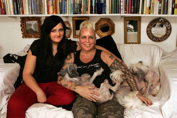 Wilma ja Ida-tytär poseerasivat Iltalehdelle vuonna 2008.