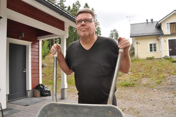 Jari Aarnio pihatöissä tontillaan, josta löytyi iso rahakätkö keväällä 2014.