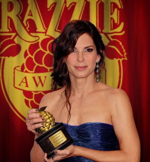 """Sandra Bullock """"kultaisen vadelmansa"""" eli Razzie-pystin kanssa vuonna 2010."""