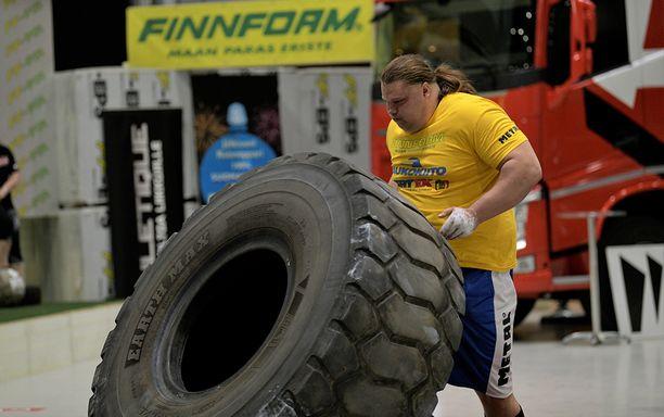 Mika Törrö näyttää, miten isompikin rengas liikahtaa.