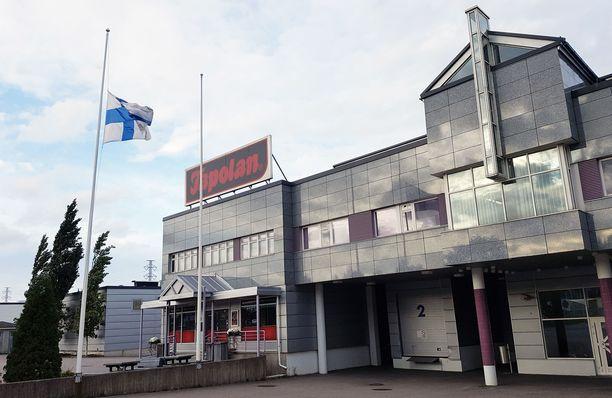 Tapolan tehtaalla Tampereen Lielahdessa oli torstaina suruliputus.