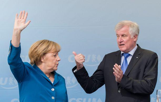 Näin Angela Merkel ja Horst Seehofer juhlivat vaalien aikaan vuonna 2013.