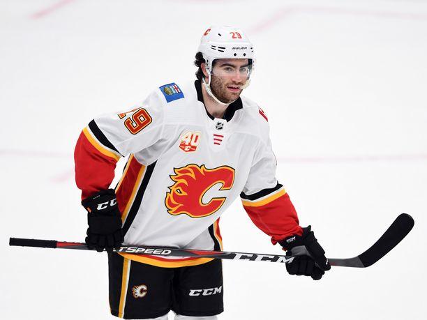Dillon Dube isku alkutahdit Calgarylle.