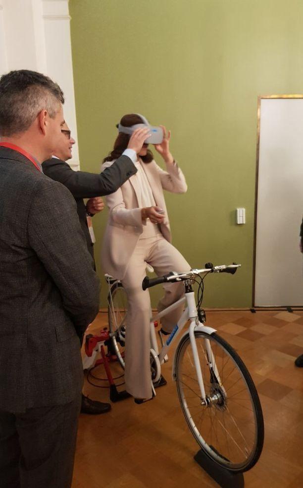 Pyöräilystä pitävä kruununprinsessa kysyi, saako pyörän selkään nousta.