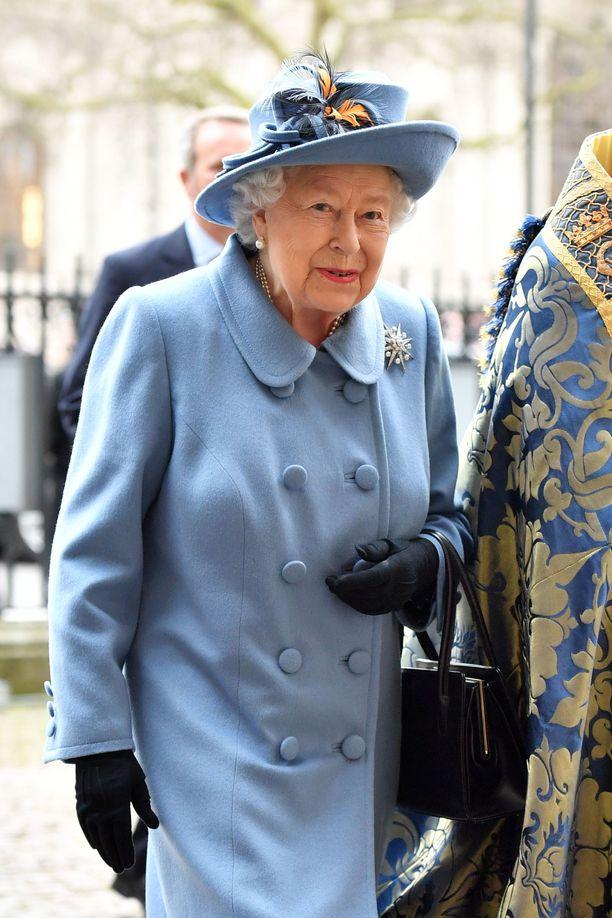 Hovissa ilmenneet koronatartunnat herättävät huolta kuningatar Elisabetin terveydestä.