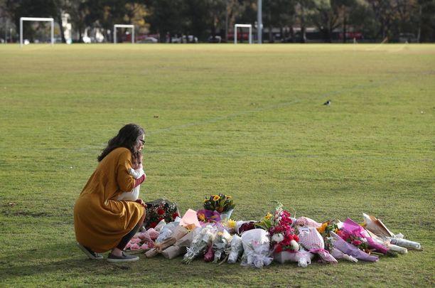 Ihmiset ovat tuoneet kukkia Dixonin surmapaikalle. Tapaus on herättänyt keskustelua naisten turvallisuudesta Australiassa.