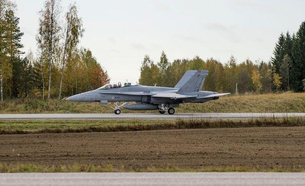 Hornetit ja muut ilmavoimien koneet harjoittelevat vajaan viikon ajan laskeutumista maantielle. Lusin suoralla Heinolassa pidettiin vastaava harjoitus myös syyskuussa 2016.