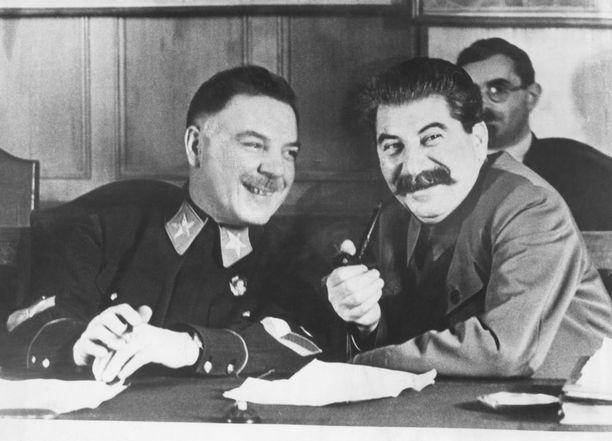 Suomen hyökkäyksen arkkitehdit, marsalkka Kliment Vorošilov ja Stalin. Talvisodan jälkeen he ja muut päämajan jäsenet kävivät vilkkaan, värikkään, nelipäiväisen keskustelun sotilasjohtajien kanssa Kremlissä huhtikuussa 1940 kuukausi rauhanteon jälkeen. Kokouksessa kerättiin yhteen Suomea vastaan käydyn sodan kokemuksia. Mukaan oli kutsuttu sotaan rintamalla osallistuneita komentajia, komissaareja ja muita johtomiehiä. Kokous huipentui Stalinin loppuyhteenvetoon, jossa hän eritteli ja selitti tekemiään ratkaisujaan.